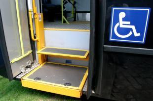 Foto de uma plataforma elevatória de um ônibus público