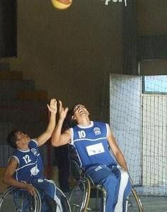 Dois atletas jogando basquete em cadeira de rodas