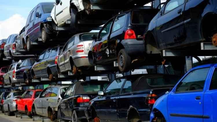 Foto de um carro cegonha carregado com automóveis de diversas marcas e modelos