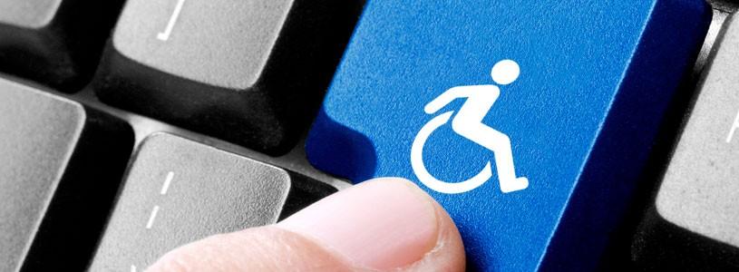 Foto de um teclado de computador, e, no lugar da tecla Enter, há o botão com o símbolo de acessibilidade, com um boneco em uma cadeira de rodas