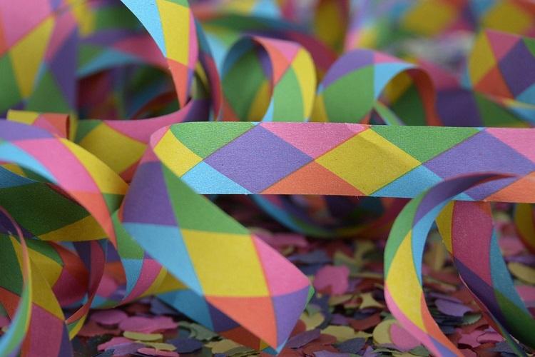 Foto em close de várias serpentinas e confetes coloridos espalhados
