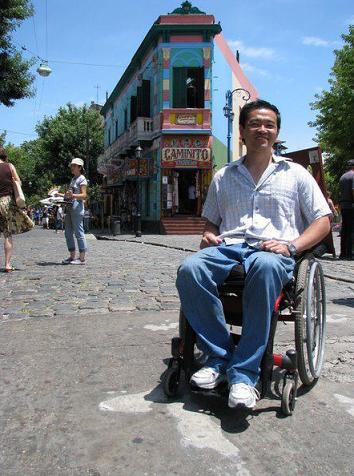 Ricardo Shimosakai está em uma rua do Caminito
