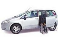 Carro com porta lateral adaptada para pessoas com deficiência