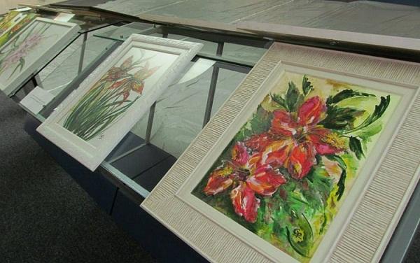 Diversos quadros de Maria Goret Chagas, na exposição
