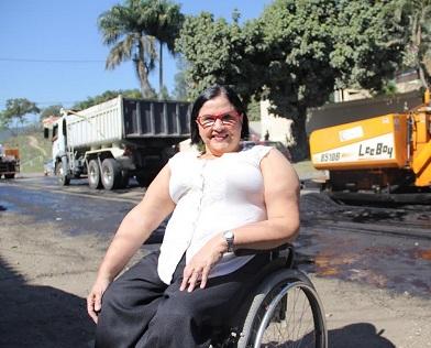 Foto de Tania Rodrigues em sua cadeira de rodas