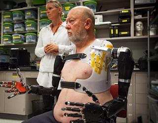 Foto de Les com seus braços robóticos