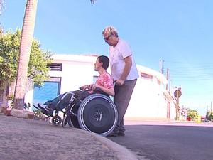 Foto de um cadeirante com dificuldades na calçada