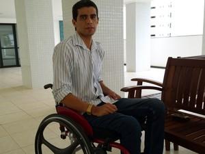 Foto de Rafael Medeiros em sua cadeira de rodas
