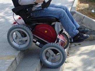 Foto de uma cadeira de rodas motorizada em uma escada