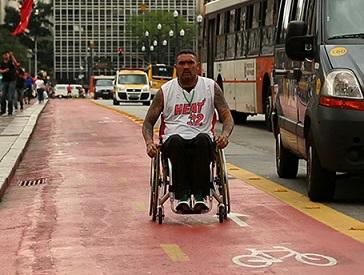 Foto de um cadeirante em uma ciclovia