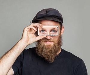 Foto de um homem com o aplicativo na altura dos olhos