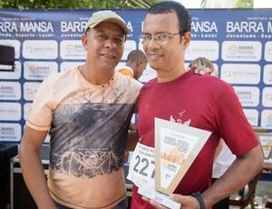 Foto de Manoel com seu troféu e outro homem ao lado