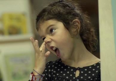 Foto de uma criança fazendo careta