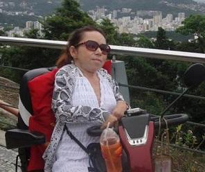 Foto de Dolores em sua cadeira automática