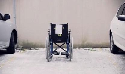 Foto de uma cadeira de rodas em uma vaga comum