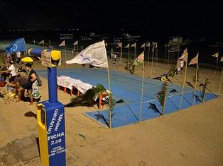 Estrutura montada com bandeiras na areia da praia de Porto de Galinhas