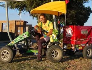 Zé do Pedal sentado em um triciclo