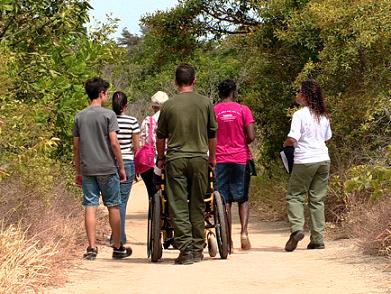 Foto de pessoas com e sem deficiência na trilha