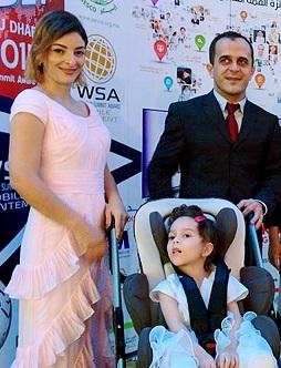 Foto de Carlos, sua esposa e sua filha na premiação