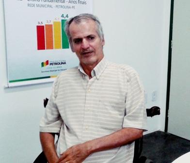 Foto de Hélio Araújo em sua cadeira de rodas