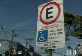 Foto de uma placa de vaga acessível