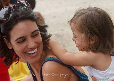 Foto de Fernanda e sua filha Maria Fernanda sorrindo