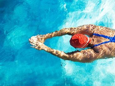 Foto de uma pessoa nadando em uma piscina