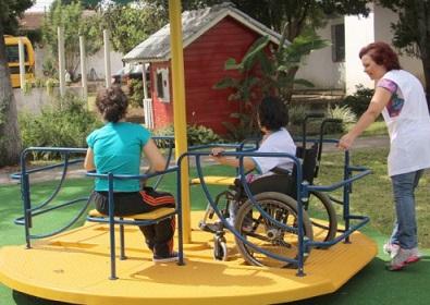 Foto de um parque adaptado com crianças brincado