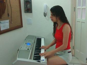 Foto de Sara tocando teclado
