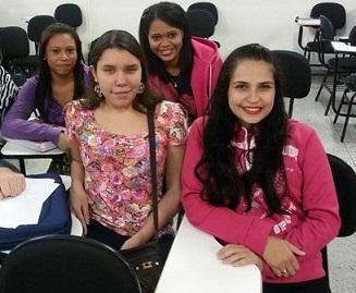 Foto de Isabela e amigas na sala de aula