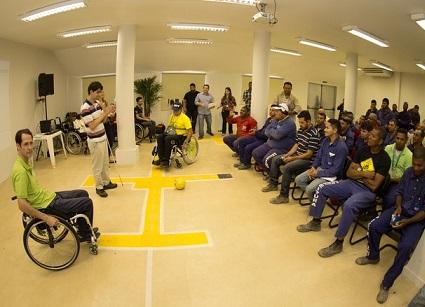 Foto de uma palestra sobre acessibilidade para operários das obras