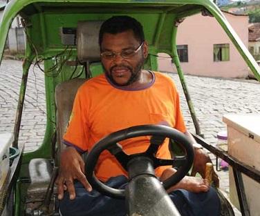 Foto de Zé do Picolé em seu triciclo