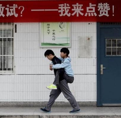 Foto dos dois amigos indo juntos à aula