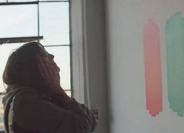 Foto de uma mulher daltônica vendo cores