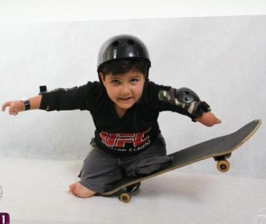Foto de Davi em seu skate sorrindo