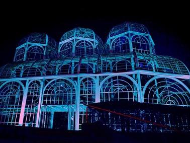 Foto do Jardim Botânico de Curitiba com luzes azuis