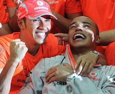 Foto de Lewis Hamilton e seu irmão Nicolas comemorando