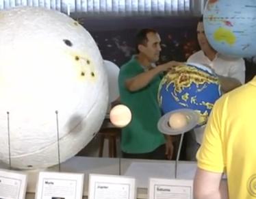 Foto de um visitante com deficiência visual em visita ao Planetário