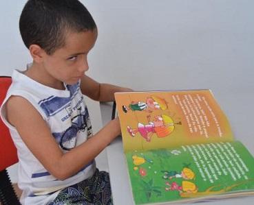 Foto de Luiz Eduardo lendo um livro