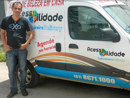 Foto de José e seu carro que serve como salão