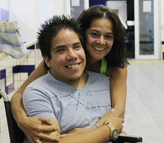 Foto de Álvaro com a mãe Marlene sorrindo