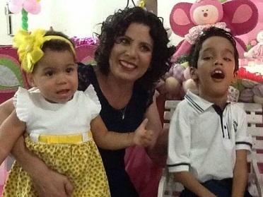 Foto de Danielli com seus dois filhos