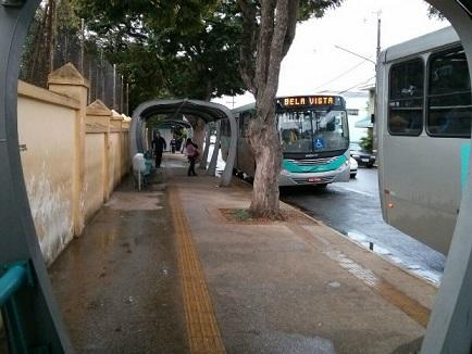 Foto de um ponto de ônibus com piso tátil