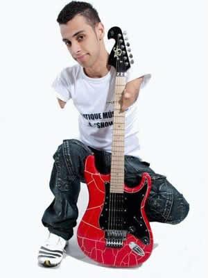 Foto de Johnatha e uma guitarra