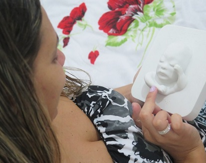 Foto de Tatiana com a imagem 3D de seu filho