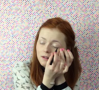 Foto de Lucy em um de seus vídeos se maquiando