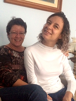 Foto de Mônica com a filha Camila sorrindo