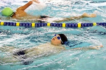 Foto de um atleta com Síndrome de Down praticando natação