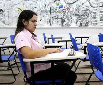 Foto de Rogéria na sala de aula