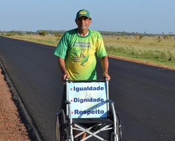 Foto de Zé do Pedal e sua cadeira de rodas